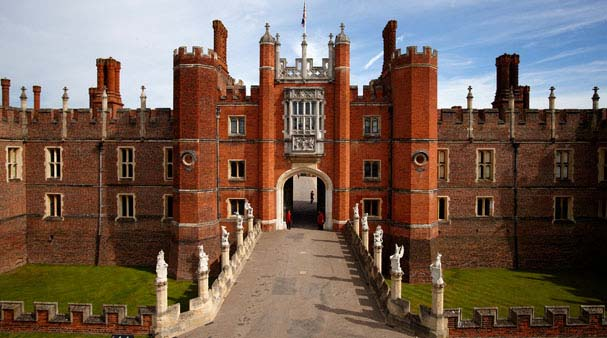 81425340_HamptonCourtPalace1